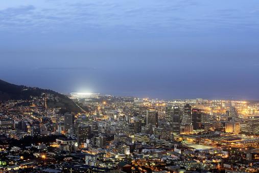 Cape Town Stadium und Skyline - 11FREUNDE BILDERWELT