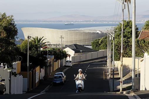 Straße und Mofa vor dem Cape Town Stadium