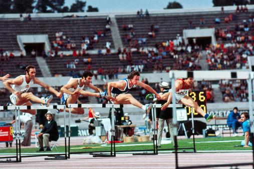 Über die Hürden 1974 - Sport Fotografie als Wandbild - Leichtathletik Foto - NoSports Magazin