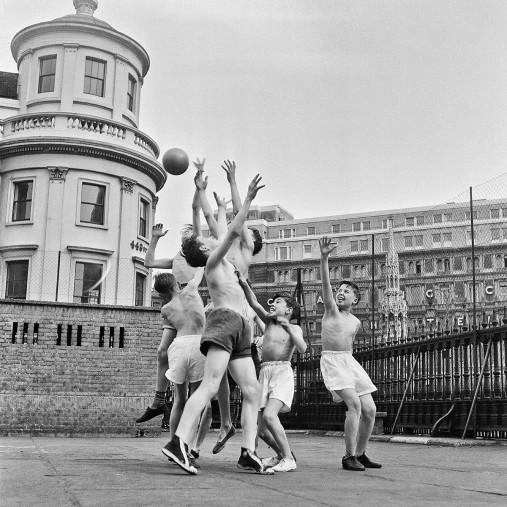 Ballspiel auf dem Schulhof (1) - Sport Fotografien als Wandbilder - NoSports Magazin