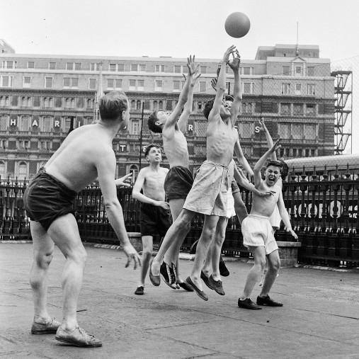 Ballspiel auf dem Schulhof (2)