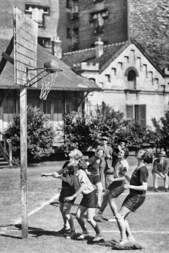 Basketball spielende Mädchen 1929 - Sport Fotografien als Wandbilder - Basketball Foto - NoSports Magazin - 11FREUNDE SHOP