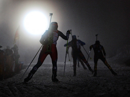 Das Biathlon Dunkel - Sport Fotografien als Wandbilder - Wintersport Foto - NoSports Magazin