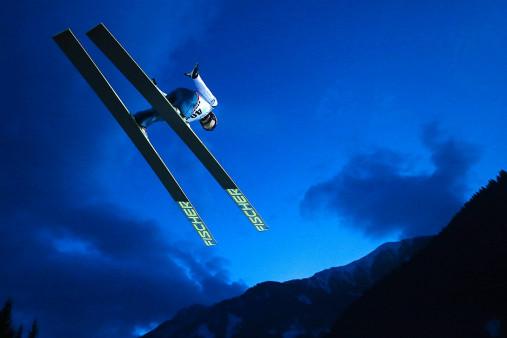 Skisprung in den Abendhimmel von Predazzo