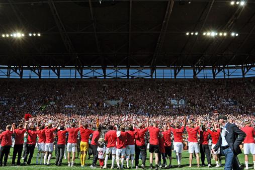 Augsburg feiert Aufstieg - FC Augsburg - 11FREUNDE BILDERWELT