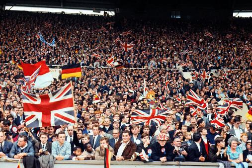 Fans beim WM Finale 1966 - 11FREUNDE SHOP - Fußball Foto Wandbild