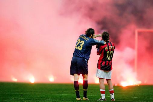Materazzi, Rui Costa und der Rauch - Fußball Wandbild - 11FREUNDE SHOP