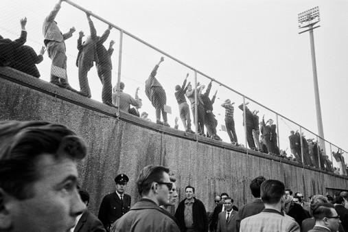 Zuschauer am Zaun
