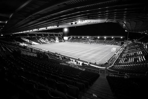 Blick in das St. Andrew's Stadium (s/w) - Robert Strehler - 11FREUNDE BILDERWELT