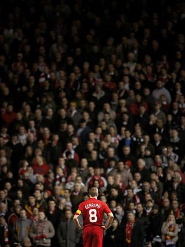 Gerrard vor den Fans (Covermotiv 11FREUNDE #159)