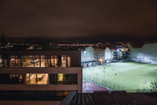 Fußballplatz Berlin Mitte (2) - Sebastian Wells - 11FREUNDE SHOP -. Fußball Fotos Wandbilder