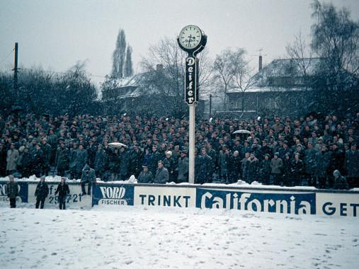 Schnee im Stadion am Uhlenkrug - 11FREUNDE SHOP - Fußball Foto Wandbild